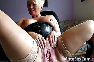 Short Haired amateur MILF Spreading and Masturbating her wet Pussy Webcam