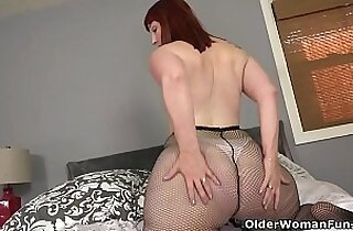 American milf Scarlett pushes a dildo into pussy